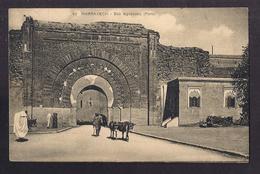 CPA MAROC - MARRAKECH - Bab Aguenaou ( Porte ) - TB PLAN EDIFICE REMPART Petite Animation Devant + TB Verso TIMBRE - Marrakech