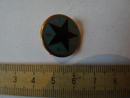 Insigne Décoration Broche Ancienne émaillée  étoile Verte F F J E - Army & War