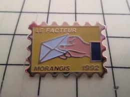 Pin510c Pin's Pins /  Grand Pin's : RARE ET DE BELLE QUALITE / LA POSTE FACTEUR TIMBRE MORANGIS 1992 - Mail Services