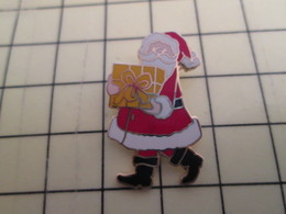 Pin510d Pin's Pins /  Grand Pin's : RARE + BELLE QUALITE / PERE NOEL PORTANT UN PAQUET JAUNE - Weihnachten