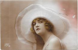 MODE - CPA COLORISEE - Une Séance D'essayage - Présentation D'un Chapeau -  DRO/SAL - - Fashion