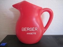 Cruche Publicitaire Anisette BERGER Plastique Rouge T.B.E. - Carafes