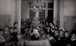 Carte Photo Originale Noël 1975 & Son Arbre De Noël, Train En Bois Et Maison De Poupées Pour Enfants Sages - Huskes - Anonymous Persons