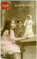 LES JOUETS PRÈFÈRÈS  Petite Fille Avec Des Poupées  Croix Rouge Et Écossais - Croce Rossa
