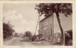 08. Attigny. La Gendarmerie Et La Rue Verlaine. Groupe De Personnages - 1935 - VR_B7_Att3 - Attigny
