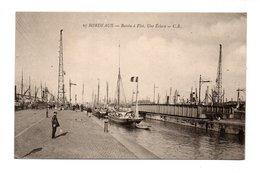 33 - .BORDEAUX . BASSIN À FLOT . UNE ÉCLUSE - Réf. N°9685 - - Bordeaux