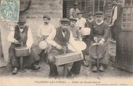 + CPA 50 Villedieu Les Poêles - Atelier De Chaudronnerie + - Villedieu