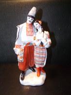 Couple Russe En Costume Folklorique ( 26 X 15 X 10 Cm 1020 Grammes ) - Ceramics & Pottery