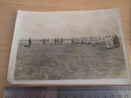 Authentique Photo De La Guerre 14-18 , Ou Avant 1914 ? TROUPES DEFILANT DANS UN CHAMP - Guerra, Militares