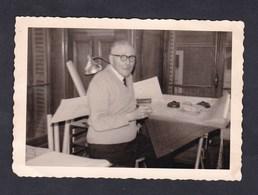 Photo Originale Snapshot Vintage Un Employe Du Service Du Cadastre Reims 1967 - Métiers