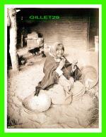 FEMMES - CHEMEHUEVI WOMAN MAKING SPLINTS, 1900 - C. C. PIERCE COLLECTION  -  DIMENSION 12 X 16 Cm - - Femmes