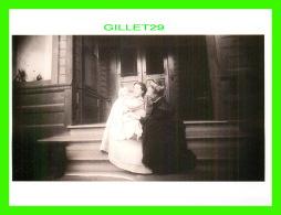 FEMMES - CONSTANCE PRAEGER FOX, HOLDING BEATRICE FOX, LOS ANGELES, CA ,1909  -  DIMENSION 12 X 16 Cm - - Femmes
