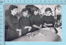 INSOLITE Les Quintuplées Dionne # 53 -  Photo Décès De Émilie En 1954 à L'age De 20 Ans,  Au Salon Funeraire, - Célébrités