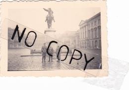 PHOTO ORIGINALE 39 / 45 WW2 WEHRMACHT FRANCE VERSAILLES SOLDATS ALLEMANDS DANS LA COUR DU CHATEAU - Guerre, Militaire