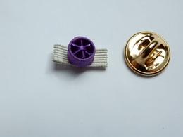 Beau Petit Pin's , Rosette Violette - Otros