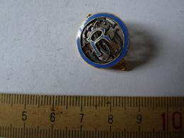 Insigne Décoration Broche Breloque Ancienne R S G Moyen Contour Bleu Fonçé Lettres Argent - Army & War