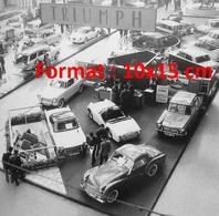 Reproduction D'une Photographie Du Stand Triumph Au Salon De L'automobile De Paris En 1960 - Reproductions