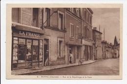 CPA 16 RUFFEC Rue De La Republique Et La Poste - Ruffec