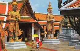 11942-GUARDS GUARDINGTHE ENTERENCE OF WAT PHRA KEO-BANGKOK-TAILANDIA-FP - Tailandia