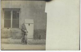 CARTE PHOTO Representant Homme Devant Une Maison - A IDENTIFIER - Posté De Pont A Mousson ( Meurthe Et Moselle ) - France