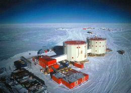 1 AK Antarktis * Station Dome C (Concordia) - Luftbildaufnahme Der Französisch + Italienischen Forschungsstation - Ansichtskarten