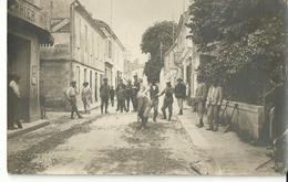 Un Cantonnier à Bordeaux, 1 Qui Travaille Et 20 Qui Regardent(carte Photo) - Métiers