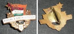 Rare Ancien Badge Broche En Métal émaillé 1919-1957 KISZ Ifjusag A Szocializmusert - Broches