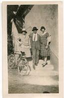 Homme Femme Chapeau Soleil Vélo Pose Portrait Devant Escalier Maison 30s 20s - Personnes Anonymes