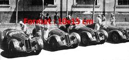 Reproduction D'une Photographie Ancienne De Plusieurs Alfa Romeo En Ligne Avec Les Pilotes - Reproductions