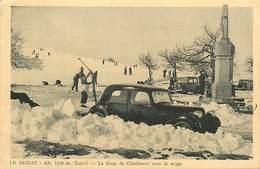 D-18-257 : LE BESSAT. LA CROIX DE CHAUBOURET SOUS LA NEIGE. AUTOMOBILE. TRACTION ? - France