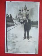 """06 - NICE - CARTE PHOTO -  """" L' EGLISE  ORTHODOXE RUSSE """" -  HOMME EN GROS PLAN AVEC UN OISEAU...."""" TRES RARE """" - - Nice"""