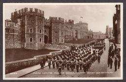 39169/ WINDSOR CASTLE, Guards Leaving Windsor Castle, Shawing Henry VIII Gateway - Windsor Castle
