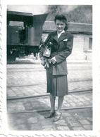 PHOTO Jeune Femme Dans Une Gare Train Wagon - Trains