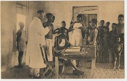 Poste De La Croix Rouge Du Congo  Docteur Blanc Auscultant Des Patients Noirs Ern. Thill Nels Red Cross - Congo Belge - Autres