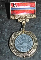 Rare Pin's Cccp Communiste En Forme De Médaille - Militaria
