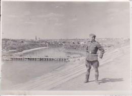 Foto Deutscher Soldat Vor Stadt - Polotsk (?) - Pionierbrücke - 17*12cm (34473) - Guerre, Militaire
