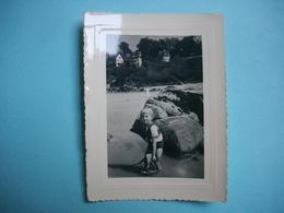 PHOTOGRAPHIE PERROS GUIREC - 22 -  Plage Du Tratraou  - 1955 -  8  X  10,5  Cms -  Côte D'Armor - Autres Communes