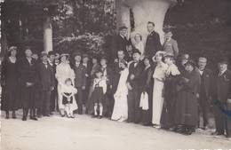 Carte-Photo . MARIAGE . Important Groupe En Tenue Habillée , Non Datée (années 50?) Non Située - Noces