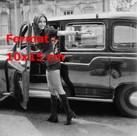 Reproduction D'une Photographie D'une Jeune Femme En Short Court Et Hautes Bottes Noires Entrant Dans Un Taxi Anglais - Reproductions