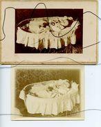 2 PHOTOS IDENTIFIÉES. Post-mortem. Enfant Décède Dans Son Lit A 1 An Et Demi. Mort. - Personnes Anonymes