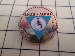 Pin910b Pin's Pins : BEAU ET RARE : ASSOCIATION / ANAS ALPHA SOLIDARITE FRATERNITE FAUTEUIL ROULANT HANDICAP ROUE - Asociaciones