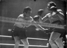 GRANDE PHOTO COMBAT DE BOXE  GUS LESNEVICH CONTRE FREDDIE MILLS 1946   FORMAT 21 X 15 CM - Sports
