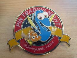AB18-3 Pin's Pins : BEAU ET RARE : DISNEY Grand Pin's TRADING TIRAGE NUMEROTE  126/500 DORY - Disney