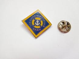Beau Pin's En EGF  , Marine Bateau , SNSM , Les Sauveteurs En Mer , Signé La Boite à Pin's - Barcos