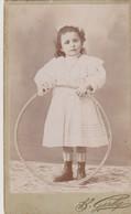 PHOTO SUR CARTON - FILLETTE AVEC SON CERCEAU - B. GERBY - TOULON - - Ancianas (antes De 1900)