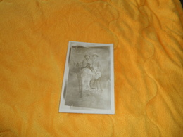 CARTE POSTALE PHOTO ANCIENNE NON CIRCULEE DATE ?. / SCENE FAUX ANE ?. PERSONNES ANONYMES ASSISES - Autres