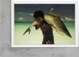 CARTOLINA NV DE AGOSTINI - ISOLE MALDIVE - Fanciullo Con Squalo Dalla Pinna Bianca - Vedute Dal Mondo - 10 X 15 - Maldives