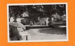 83 - LE CASTELET -LA PLACE ET L'ECOLE - Le Castellet