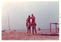 Photo Couleur Originale B.B. Plage & Maillot De Bain Pour 4 Copains Réalisant Une Pyramide En 1969 - Personnes Anonymes