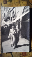 Fotografia - Personaggi In Piazza - Anni '40-'50 - Coppia Davanti Al Bar Tabacchi - Negozi - Non Classificati